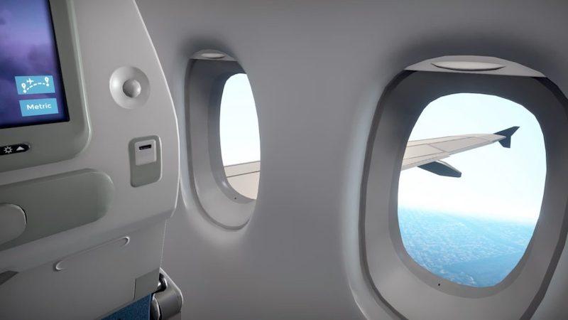 Avião sobrevoando o mar